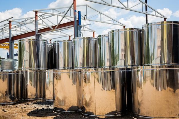Склад вентиляционных труб. трубы стальные, детали для строительства воздуховодов промышленной системы кондиционирования на складе. промышленное вентиляционное оборудование и трубопроводные системы. Premium Фотографии