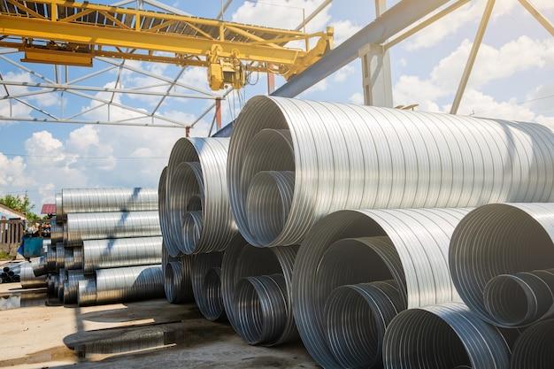 Трубы стальные вентиляционные для устройства воздуховодов на складе.
