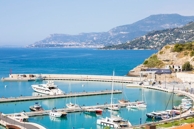 Ventimiglia, italy - 2021년 8월경: cala del forte는 이탈리아 ventimiglia에 위치한 새롭고 최첨단의 정박지로 monaco 공국에서 불과 15분 거리에 있습니다.