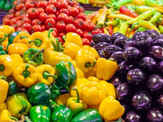 Разнообразие овощей на прилавке на рынке