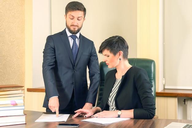비즈니스 작업 계약서의 서명 확인. 사무실에서 비즈니스 파트너
