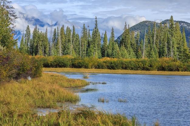 カナダのロッキー山脈にあるバーミリオン湖アルバータ州カナダ