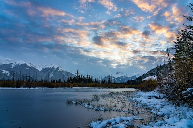 겨울 황혼의 주홍빛 호수. 밴프 국립공원, 캐나다 로키산맥, 캐나다 앨버타주.