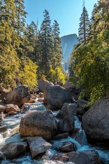 滝から流れ落ちるヨセミテ国立公園のヴァーナル滝の滝。カリフォルニア、米国