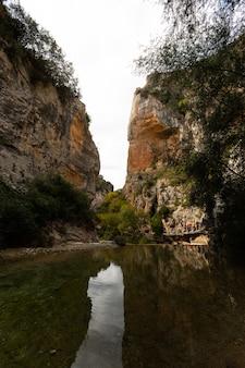 Каньон реки vero в alquezar, арагоне, испании.