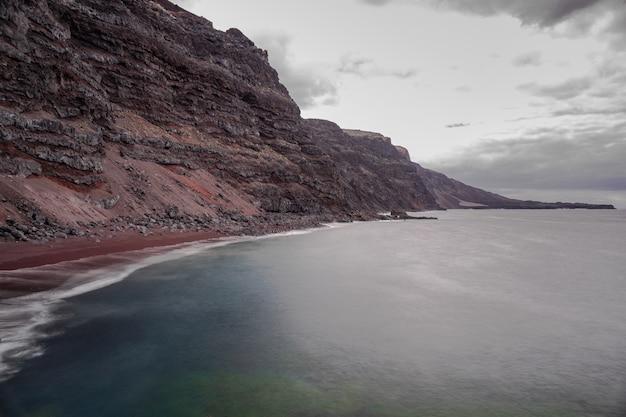 Verodal пляж, красный вулканический песчаный пляж, атлантический океан, эль йерро, канарские острова, испания
