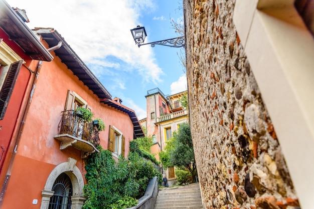 Верона, италия - 1 октября 2021 года: переулки вероны, среди которых можно увидеть собор и замок.