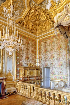 베르사유 프랑스 - 9월 21일 여왕의 침실 인테리어 로얄 베르사유, 프랑스 2013년 9월 21일. 베르사유 궁전은 프랑스에서 가장 아름다운 왕궁이자 단어였습니다.