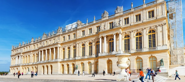 베르사유 프랑스 - 9월 21일 2013년 9월 21일 프랑스 베르사유의 정문. 베르사유 궁전은 프랑스에서 가장 아름다운 왕궁이자 단어였습니다.