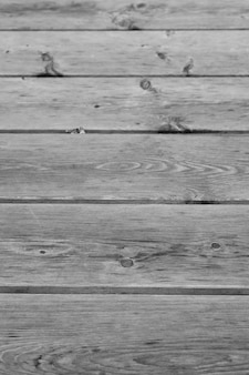 가로로 배열 된 널빤지가있는 나무 바닥의 수직