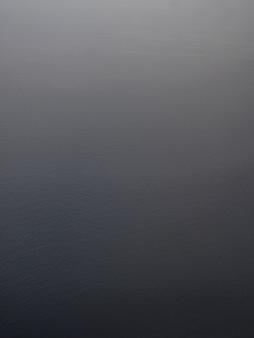 海の背景の垂直の空中ショット