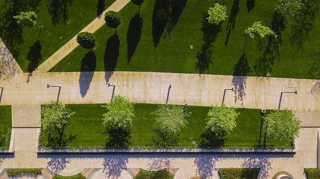Выстрел вертикальный воздушный вид сверху вниз и глядя на городской парк в краснодаре, россия
