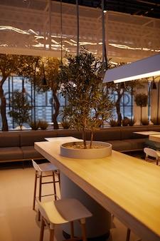 モダンなショッピングモール、コピースペースの空のフードコートインテリアの垂直背景画像