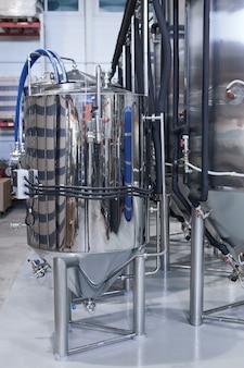 Вертикальное фоновое изображение стальных резервуаров в промышленной пивоваренной мастерской, копией пространства