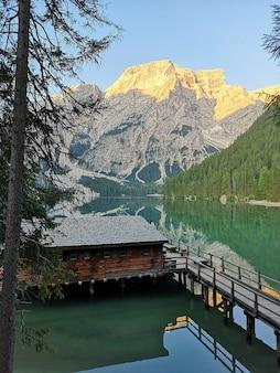 Вертикальный красивый снимок природного парка fanes-sennes-prags, италия