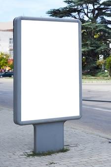 街の通りの垂直空白の看板