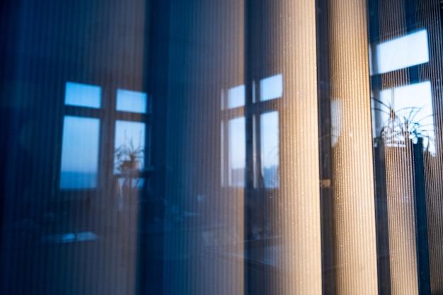 窓の外の縦型ブラインド