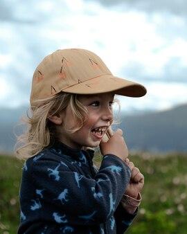 茶色の帽子をかぶった垂直ブロンドの女の子