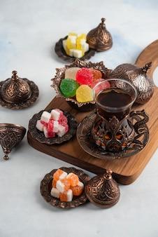 伝統的なトルコのティーテーブルの垂直クローズアップ