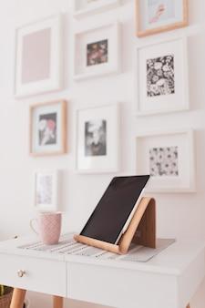 침대 옆 테이블에 설정된 태블릿의 수직 근접 촬영