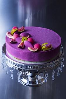 Colpo verticale del primo piano di una bella torta viola con i fichi