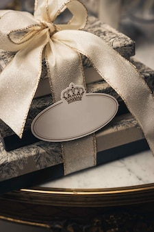 Colpo verticale del primo piano di scatole di lusso con nastri su un tavolo