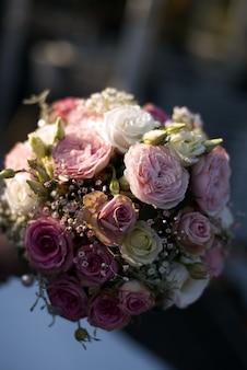 화려한 장미 꽃 꽃다발의 세로 근접 촬영 샷