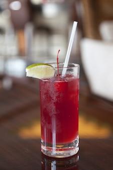 Вертикальный снимок крупным планом из стакана свежего коктейля
