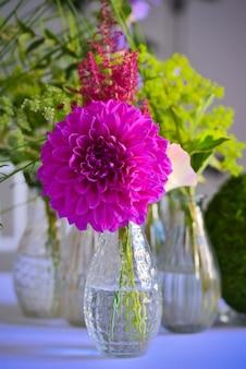 아름다운 보라색 hortensia 꽃과 작은 꽃병의 수직 근접 촬영 샷