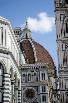 Вертикальный снимок крупным планом древнего исторического купола, касаясь ясного неба