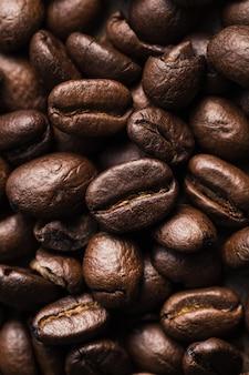 コーヒー豆の垂直のクローズアップショット