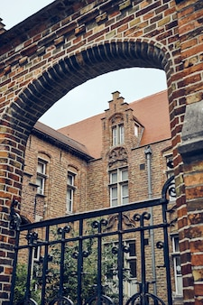 ブルージュベルギーの有名な聖母ブルージュ教会の垂直クローズアップショット