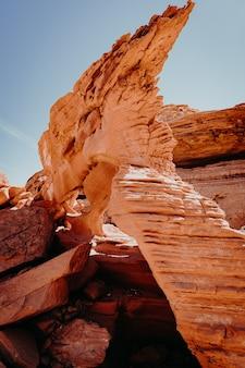 峡谷の赤い岩の垂直のクローズアップショット