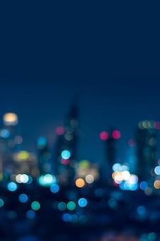 황혼의 도시 배경 조감도 각도에서 흐릿한 보케 도시 경관의 수직 표지
