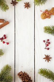 흰색 나무 표면에 다양한 크리스마스 장식품의 수직 평면 누워