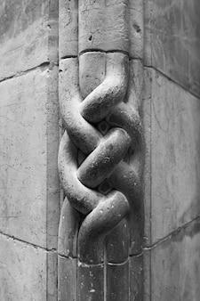 Colpo verticale in scala di grigi di dettagli in pietra scolpita a gerusalemme, israele