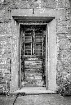 Вертикальный снимок в градациях серого двери в восточной государственной тюрьме в филадельфии, штат пенсильвания.