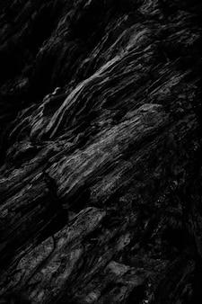 岩の崖のパターンの垂直方向のグレースケールショット