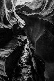米国アンテロープキャニオンの美しい崖の垂直方向のグレースケールショット