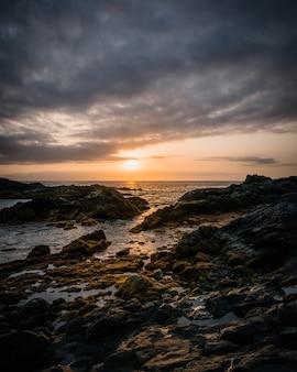 曇り空の下で海の海岸nの岩の形成の垂直高角度ショット
