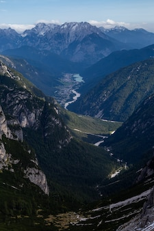 イタリアアルプスの息をのむようなビューの垂直ハイアングルショット