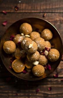 小麦粉と赤糖で作られた伝統的なインドの甘いものの垂直ハイアングルショット