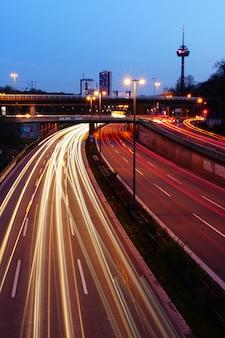 밤에 조명 된 고속도로의 수직 높은 각도 샷