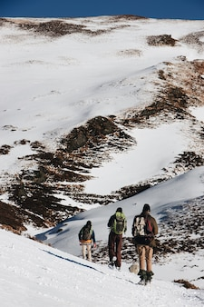 雪山でバックパックを背負ったハイカーの垂直ハイアングルショット