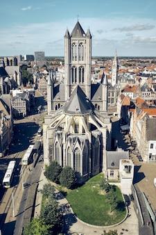 聖ニコラス教会ゲントベルギーの垂直ハイアングルショット