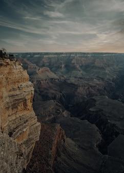 アメリカのグランドキャニオン国立公園の垂直ハイアングルショット