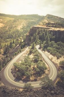 オレゴン州の歴史的なコロンビア川ハイウェイの垂直ハイアングルショット