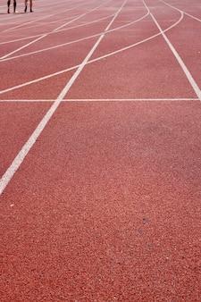 Вертикальный снимок беговой дорожки на стадионе под большим углом