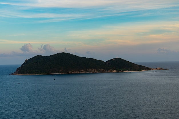 ベトナム、フーエンの曇り空の下の美しい島の垂直方向の画像