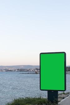 オーシャンビューの広告用の緑色の画面の垂直方向の画像、テキスト用の優れたスペース
